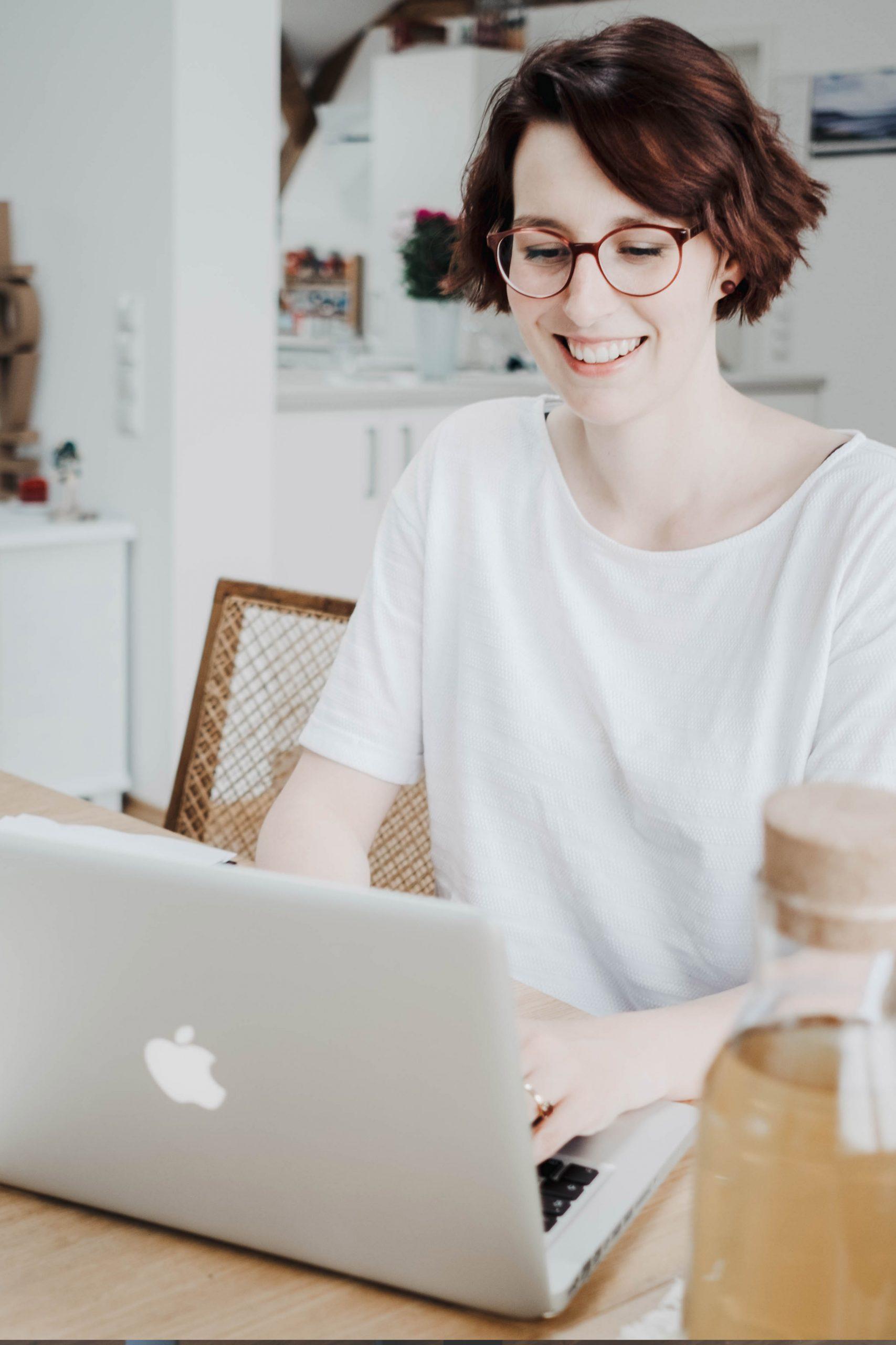 Sarah Seewald am Laptop